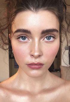2018 Makeup Trend: Glowy Skin #makeup #makeupartist #mua #inspiration #trend #trending #makeuptrend #2018 #2018makeuptrends #eyeliner #smokeyeye #lipstick #highlight #contour #makeupaddict #makeupjunkie