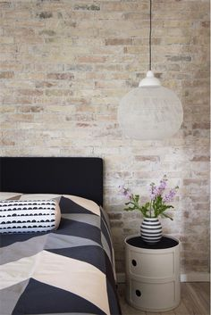 Chambre moderne. Mur en briques blanchies