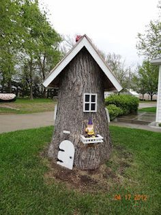 Make a tree stump fairy house - nice way to dress up an ugly stump and the little kids will be amazed. This would make a cute fairy house if cut down smaller Garden Crafts, Garden Projects, Yard Art, Dream Garden, Home And Garden, Gnome House, Casa Gnome, Outdoor Projects, Garden Inspiration