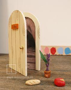 El original regalo para niños a los que se les está cayendo los dientes de leche. Una puerta mágica del ratoncito Pérez. Con complementos. Todo hecho a mano en nuestro taller.
