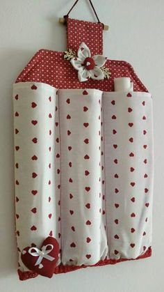 Billedresultat for porta rotoli tessuti na pečiaci papier Decorative and functional as well. Fabric Crafts, Sewing Crafts, Sewing Projects, Craft Projects, Couture Main, Diy Home Crafts, Sewing Hacks, Christmas Crafts, Sewing Patterns