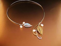 Lorien torc: a nature-inspired, organic neckpiece featuring a combination of textured leaves and freshwater pearls Leaf Jewelry, Wire Jewelry, Jewelry Sets, Wedding Jewelry, Gold Jewelry, Jewelry Accessories, Jewelry Necklaces, Mode Boho, Gold Jewellery Design