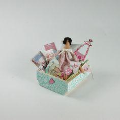 Puppe im Tilda Stile in einer Kiste im Maßstab 1:12, Miniatur für das Puppenhaus von UllisKreativeEcke auf Etsy
