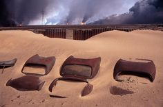 Kuwait, 1991. Car cemetery. In the background: burning Burgan oil fields set on fire by retreating Iraqi troops / Abbas (1944)