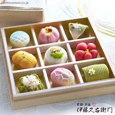 京菓子 Japanese Tradditional Sweets from Kyoto Japanese Treats, Japanese Cake, Japanese Food, Cute Desserts, Asian Desserts, Japan Dessert, Japanese Wagashi, Unicorn Foods, Rainbow Food