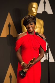 Viola Davis poses backstage with the Oscar® for Performance by an actress in a supporting role #FencesMovie #Oscars #actress #oscarwinner