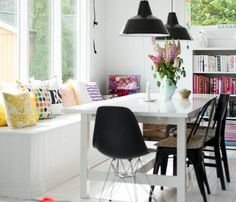 table salle à manger pas cher en bois blanc, chaises noires, coussins décoratifs