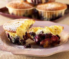 Muffins med yoghurt og hele blåbær som gir herlig syrlighet til den søte deigen. Oppskriften gir ca. 12 store muffins.