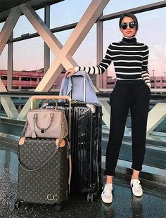 Camila Coelho wears striped turtleneck + cropped pants to make her look more . - Travel Outfits Camila Coelho wears striped turtleneck + cropped pants to make her look more . Outfit Chic, Chic Outfits, Fashion Outfits, Womens Fashion, Fashion Trends, Black Outfits, Fashionable Outfits, Casual Chic Fashion, Fashion Clothes