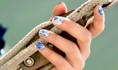Dit zou zo maar de meeste makkelijke nagel art zijn die je ooit geprobeerd hebt! Om spetter nagels te creëren heb je minimaal twee kleuren nagellak nodig, een rietje en artistieke flair.