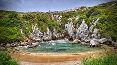 Playa de Gulpiyuri - wybryk natury, który nie jest ani morzem, ani jeziorem