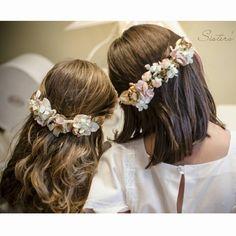 Floral crown lovelies Source by hayleyjordanshop Girl Hairstyles, Braided Hairstyles, Wedding Hairstyles, Communion Hairstyles, Girls Crown, First Communion Dresses, Flower Hair Accessories, Fascinator Hats, Fascinators