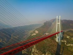 """Uma ponte que se eleva mais de 500 metros acima do curso de um rio, apresentada como """"a mais alta do mundo"""", foi aberta na quinta-feira à circulação na China, onde une duas províncias montanhosas do sudoeste do país."""
