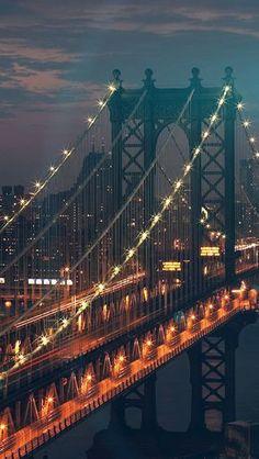 Brooklyn Bridge in der Abenddämmerung – New York City Nature Iphone Wallpaper, Phone Backgrounds, City Wallpaper, City Aesthetic, Jolie Photo, City Photography, London Photography, Brooklyn Bridge, Manhattan Bridge