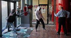 VANDALISMO EN ESPAÑA  Hombre se enfrenta a manifestantes para evitar vandalismo en un banco en Barcelona, en medio de las protestas contra los recortes en educación (29 de febrero de 2012). Vía @La Mula