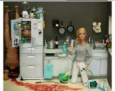 serial killer barbie - Dexter inspired images from Mariel Clayton. And now Mariel Clayton has inspired me. Barbie Kills Ken, Barbie Et Ken, Bad Barbie, Barbie Barbie, Ken Doll, Hello Barbie, Barbie 2000, Uma Thurman, Barbie Style