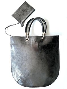 Our flat tote in yummy Anthracite leather, style forever