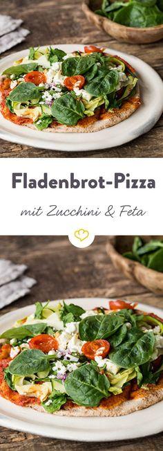 Pizza mal anders - statt des klassischen Hefeteigs knuspert hier ein lecker belegtes libanesisches Fladenbrot. On top gibt es zarten Spinat und Feta.