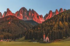 An amazing sunset light over this awesome place into the dolomites. Don't you think? Peaceful Places, Beautiful Places, Amazing Sunsets, Dublin Ireland, Cool Landscapes, Nature Photos, Cool Photos, Mountains, Awesome