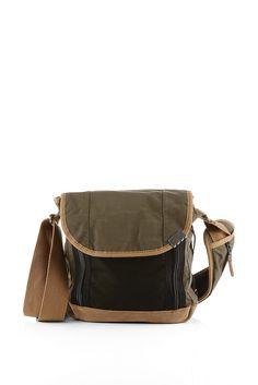 Grösseninfo: - Schultertasche: ca. 26 x 30 x 10 cm- Laptop-Tasche: ca. 20,5 x 26,5 cm Material / Pflege: - softer Baumwoll-Mix- Boden aus Veloursleder- Netz-Besatz- Ribstop-Material für die herausnehmbare Tasche und das Futter Details: - im Tablet-Format: herausnehmbare Aufbewahrung mit Polsterung, Reißverschluss und flachem Zippfach- Schultertasche mit Klappe und Klettverschlüssen- zwei flache...