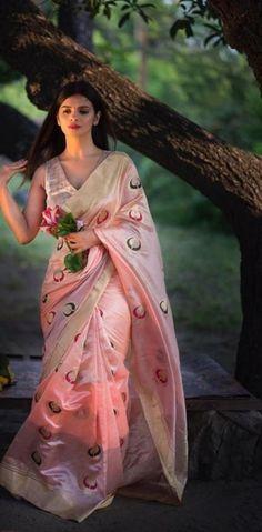 Party Wear Dresses, Bridal Dresses, Saree Wedding, India Wedding, Sari Blouse, Gold Dress, Pakistani Dresses, Silk Sarees, Indian Sarees