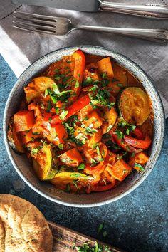 Scharfes vegetarisches Curry mir Süßkartoffel aus Indien - Laktosefrei Rezept: Indisches Süßkartoffelcurry mit Zucchini, Tikka Masala Paste und Naan Brot. Kochen / Essen / Ernährung / Lecker / Kochbox / Zutaten / Gesund / Schnell / #hellofreshde #kochen #essen #zubereiten #zutaten #diy #rezept #kochbox #ernährung #lecker #gesund #leicht #schnell #frühling #einfach #küche #gericht #trend #blog #curry #masala #tikkamasala #süßkartoffel #laktosefrei #süßkartoffelcurry #naanbrot #naan #indisch