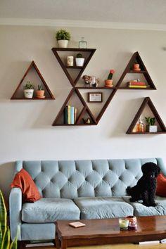 Настенные деревянные полки треугольной формы, которые легко можно заменить или переставить, позволят легко и быстро изменить интерьер в гостиной комнате.