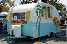 Transformed A Vintage Trailer Into A Victorian House vintage camper Old Campers, Vintage Campers Trailers, Retro Campers, Vintage Caravans, Camper Trailers, Vintage Motorhome, Retro Caravan, Camper Caravan, Glamping