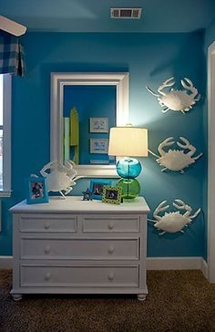 A white color with high contrast blue or in combination with all blue and beige tones are the colors that will create the atmosphere of your home as if you were on the beach by the sea. Great guest room.