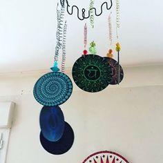 Suspension «7 chakras» 📿🌿🖌 #carinecreation65 #pointillisme #dotillism #artistwork #dotwork #mandala #carillon #suspension #mobil #bois #posca #poscacouleur #chakra #7chakras #arttherapie #meditation #yoga #couleur #couleurvive #decorecup #decomaison #decobalcon #decojardin #yogadecor #energy #spiritualité #equilibre #harmonie #delacouleurpleinlatete
