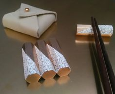 Knife or chopsticks rests in golden brass with eggshells. Size : 5 x 1,4 x 1,4 cm