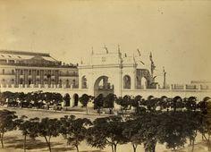 Plaza de Mayo com vista para o primeiro prédio do Teatro Colón - Buenos Aires.