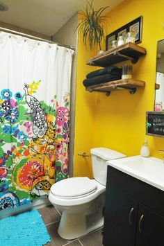 yellow bathroom, shower courtain, black bathroom, black toilet on the link Best Bathroom Colors, Bathroom Color Schemes, Bathroom Paint Colors, Yellow Doors, Yellow Walls, Yellow Tile, Apartment Therapy, Purple Bathrooms, Bathroom Yellow
