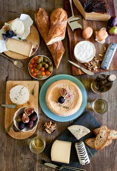 cheese party spread- this looks so good! we can have a classy wine and cheese party for Mother's Day Think Food, Love Food, Fromage Cheese, Cheese Bread, Cheese Fruit, Yummy Food, Tasty, Healthy Food, Cheese Party