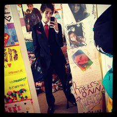 HOT! austin mahone.. haha check out justin bieber in the background lol :D go jb!