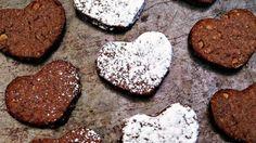 """¿Cómo deletreas la palabra AMOR? Si les preguntas a mis hijos, te dirían que """"amor"""" se deletrea G-A-L-L-E-T-A-S, especialmente si se trata de estos polvorones de chocolate con nuez y canela. Pero no solo les encanta comer galletas, sino también les gusta ayudarme a prepararlas. Hacer galletas es una de nuestras actividades favoritas de hacer en familia. Mis hijos mayores se encargan de medir los ingredientes y hacer la masa, mientras mis hijos pequeños se divierten extendiendo la masa y…"""
