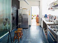 O arquiteto Apoena Amaral, do escritório Doisamaisv, decidiu colocar no pista desta cozinha o ladrilho hidráulico azul, da Ladrilar. O mesmo material também foi usado em outros ambientes da casa (Foto: Edu Castello/Editora Globo)