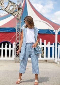 Чтобы зрительно вытянуть силуэт и скрыть лишние килограммы, выбирайте брюки с завышенной талией без утяжеляющих элементов типа карманов и прочих нашивок