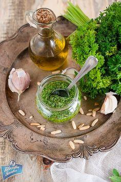 Pesto z natki pietruszki - Składniki:  -1 cytryna  -1 garść pietruszki  -Łyżeczka cynamonu  -Łyżeczka imbiru  -Łyżeczka octu jabłkowego  -Łyżeczka siemienia lnianego  -100ml kefiru