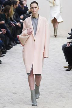 To know more about CELINE powder pink/coat, visit Sumally, a social network that gathers together all the wanted things in the world! Featuring over other CELINE items too! Fashion Week Paris, London Fashion Weeks, Fall Fashion Trends, Runway Fashion, Fashion Show, Fashion Beauty, Pink Outfits, Mode Outfits, Manteau Rose Pale