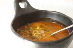 מרק ארוחה עם ירקות, עגבניות צלויות, עדשים וגריסים