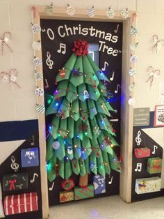 Christmas Door Decoration. Usar esta tecnica para el arbo; de Navidad grande!!