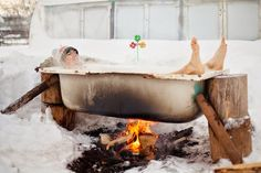 Updated, December 2016 Wood fired baths are an ancient tradition, dating back at least to Roman times when baths - called hypocausts - w. Good Jokes, Funny Jokes, Recycled Crafts Kids, Lake Life, Clawfoot Bathtub, Videos Funny, Summer Fun, Recycling, Relax