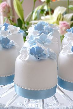 Cute little white cakes with a delicate blue hydrangea detail. Mix and match with a co-ordinating cupcake design or fresh flowers to create a stunning centrepiece