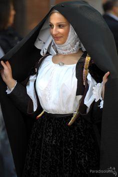 costume sennori - cavalcata sarda 2010 Costumes Around The World, European Dress, Folk Clothing, Folk Costume, World Cultures, Traditional Dresses, Costumes For Women, Lady, Burlesque