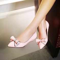 Loving the design from this pink and black flats with a lovely bow! Perfect for your summer outfits! Repin if you like it!