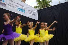Actuación de la Escuela de Baile Victoria Artillo en el Paseo del Parque.