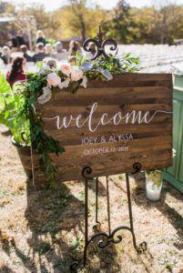 Letrero de madera en la entrada de la boda