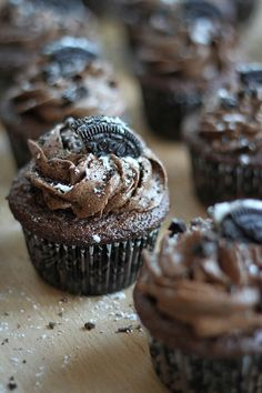 Just imagine triple chocolate plus yummy Oreo cookies. This Triple Chocolate Oreo Buttercream Cupcakes Just Desserts, Delicious Desserts, Yummy Food, Think Food, Love Food, Mini Cakes, Cupcake Cakes, Chocolate Recipes, Chocolate Oreo