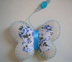Móbile elaborado com 3 borboletas em feltro, tecido de algodão, fita de cetim, contas de acrílico e cordão encerado. Para decorar e dar cor e movimento a janelas, portas, cortinas ou qualquer outro cantinho da casa.  Diâmetro de cada borboleta:   8,5 cm borboleta pequena 12,5 cm borboleta g...